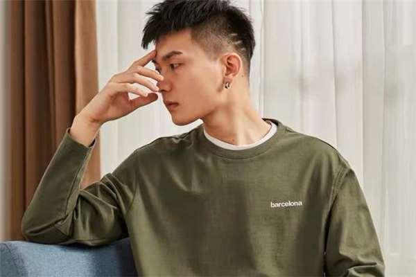 男生穿什么颜色打底衫好看 男生打底衫流行什么颜色