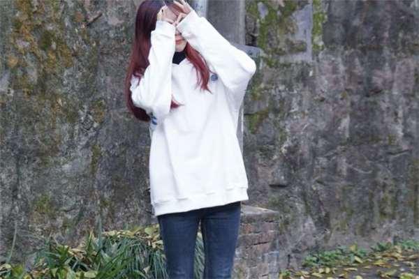 白色连帽卫衣搭配什么裤子好看 白色连帽卫衣搭配图片