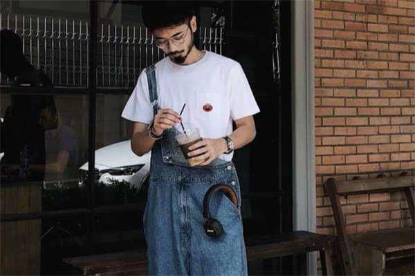 背带裤配什么颜色t恤好看 背带裤里面穿什么颜色t恤