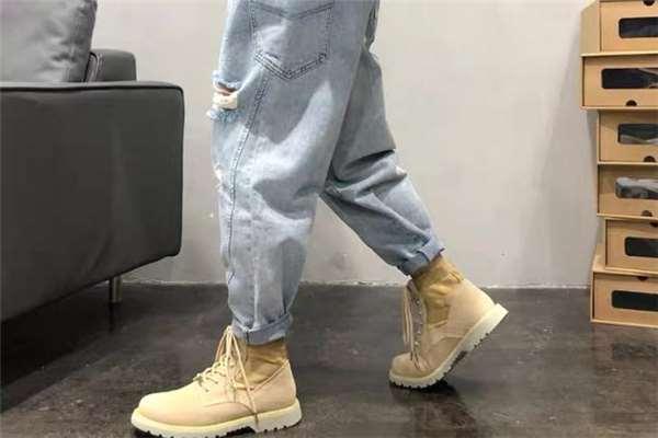 港风牛仔裤配什么鞋子好看 港风牛仔裤搭配图片