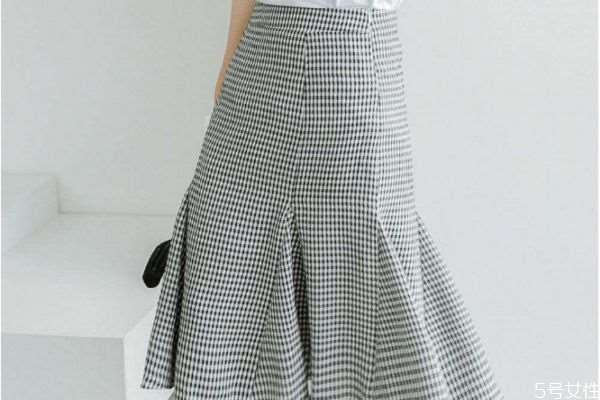 半身鱼尾裙如何搭配 半身鱼尾裙的搭配选择