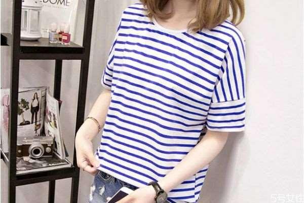 蓝白条纹T恤怎么搭配服装 蓝白条纹T恤的搭配技巧