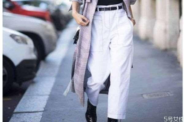 白色的裤子怎么搭配上衣 白色的裤子搭配上衣的方法