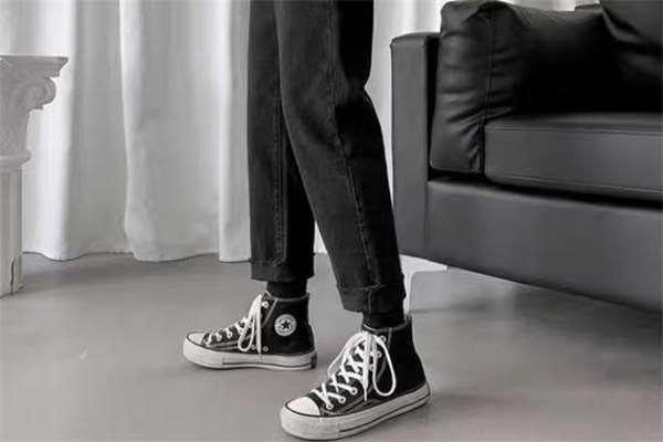 黑色牛仔裤配什么鞋子好看 黑色牛仔裤怎么搭配鞋子