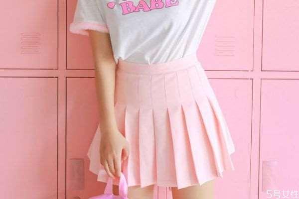 粉色短裙配什么上衣 粉色短裙怎么搭配衣服