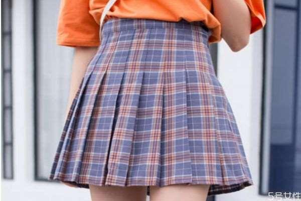 格子短裙怎么搭配上衣 格子短裙搭配上衣的方法