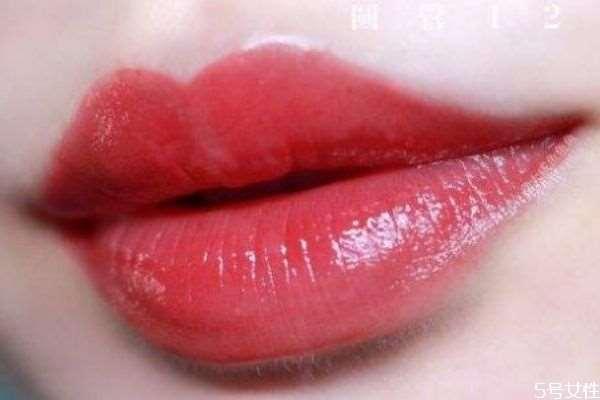 经常涂口红嘴唇会变黑吗 经常涂口红怎么保护嘴唇