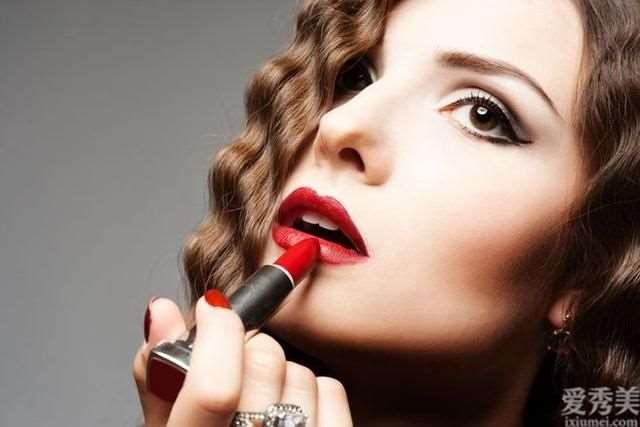 显著的唇纹非常容易曝露女性的年纪,坚持不懈那么做,可以合理消除唇纹