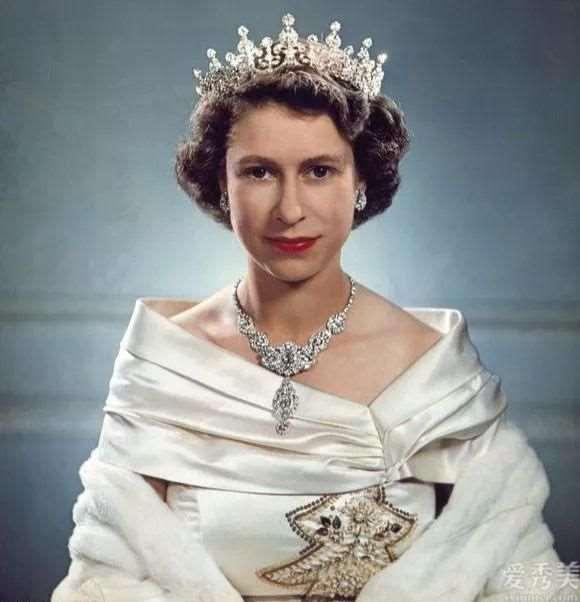 英女王的珠宝首饰一些不吉利?原材料源于陵墓,由2000颗钻石天然珍珠组成