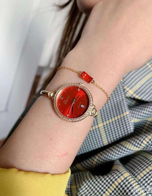 女土腕表与黄金首饰撞火苗,手腕子上叠戴的时尚潮流感,一举一动超引人注意