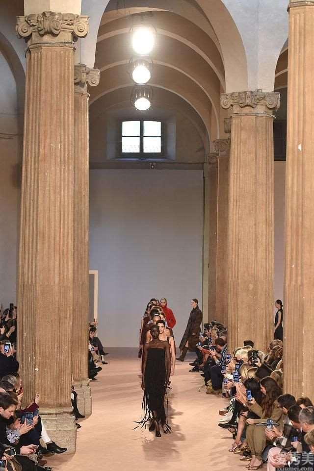 C罗前女友伊莲娜t台走秀,诠释Ferragamo的华贵雅致、低调奢华