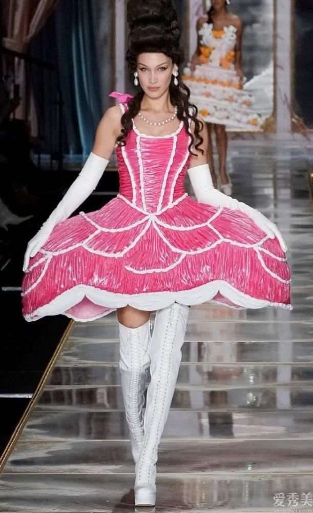 """巴黎时装秀的""""青花瓷碗裙""""爆火,裤带装饰勒出A4腰,时尚潮流雅致"""