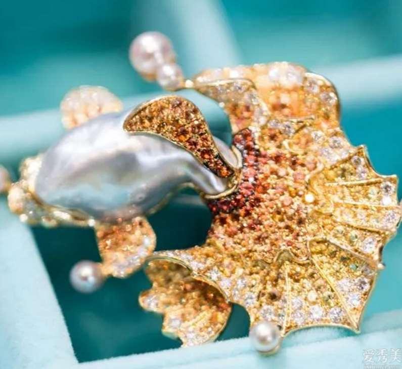 珠宝设计师阿莱奥利夫,为珠宝饰品导入了不一样的性命,每一件经典著作暗藏杀机