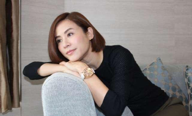 50岁宣萱独自购买家居用品,单身多年无依靠让她成了生活达人_明星新闻