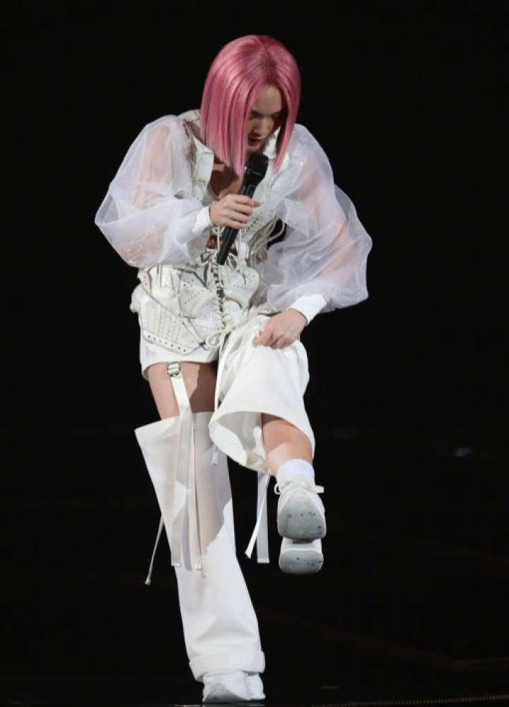 杨丞琳演唱会从二楼坠落,受伤仍坚持,李荣浩心疼发文语气责备_明星新闻