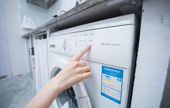 打底衫能用洗衣机洗吗 先查看一下洗涤标签
