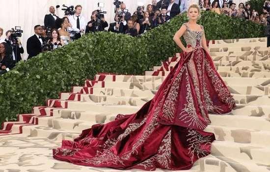 年会穿红色还是黑色 这个颜色让你成为C位女王