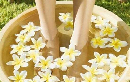 泡脚的时候可以敷面膜吗 泡脚有什么注意的呢