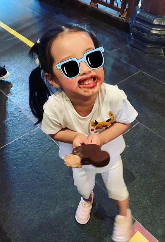 张子萱晒俩女儿,安安给妹妹展示虫子玩具,姐妹同框玩耍超有爱_明星新闻