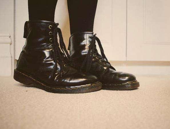 马丁靴为什么穿着显脚大