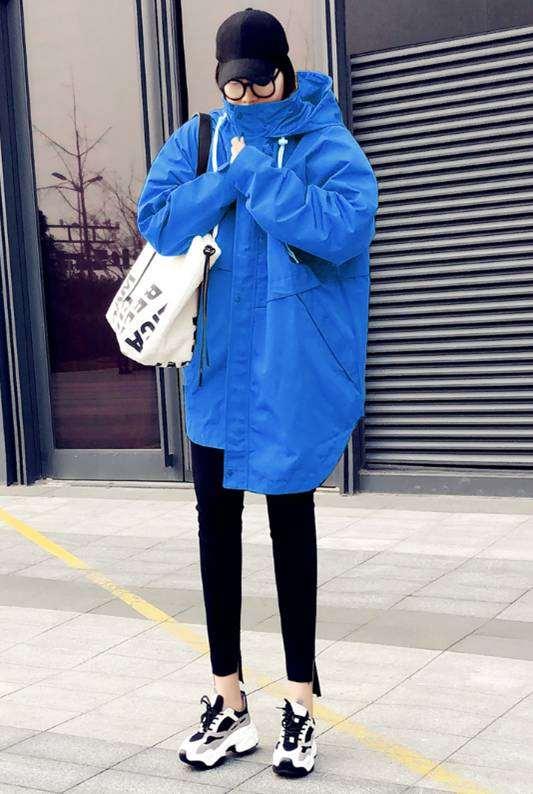 蓝色风衣怎么搭配衣服裤子和鞋子