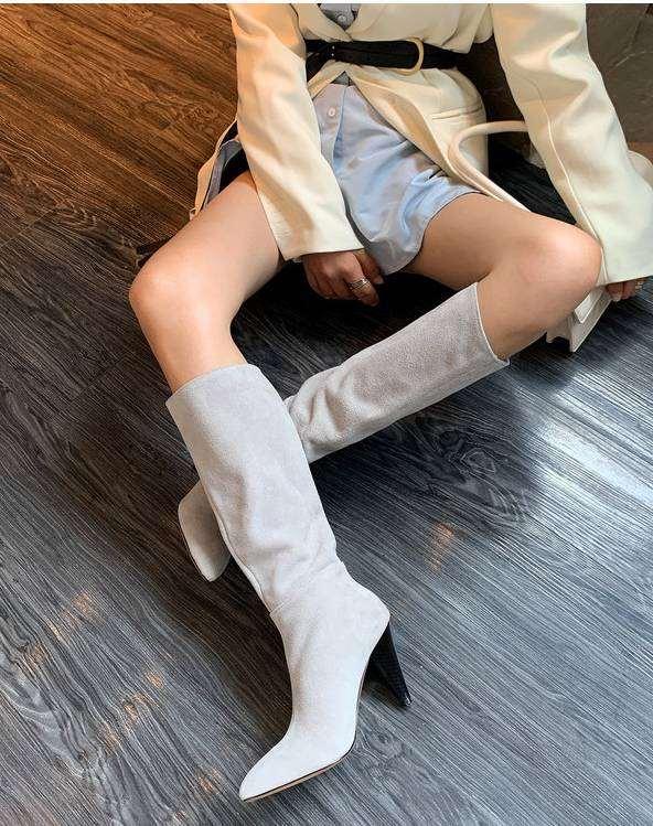 灰色靴子如何搭配衣服