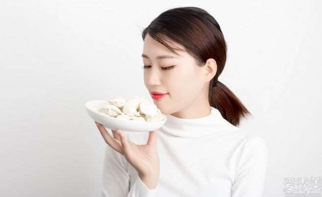白皮肤的女生是怎么皮肤保养的?