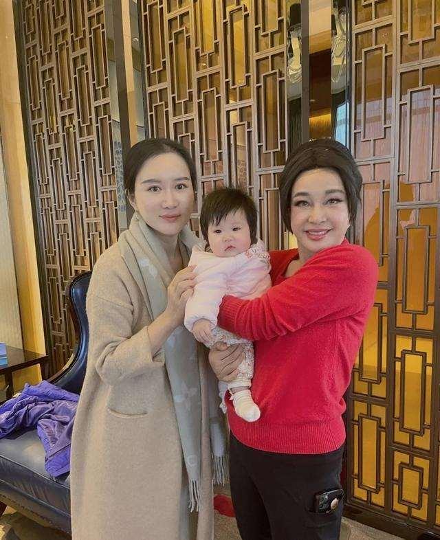 66岁刘晓庆拜访张纪中夫妇,面部僵硬似蜡像,被嘲同框像三代人_明星新闻