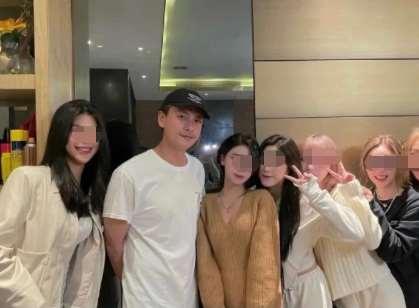 黄宗泽与6位美女网红聚餐,贴身位置太尴尬,表情不自然耐人寻味_明星新闻