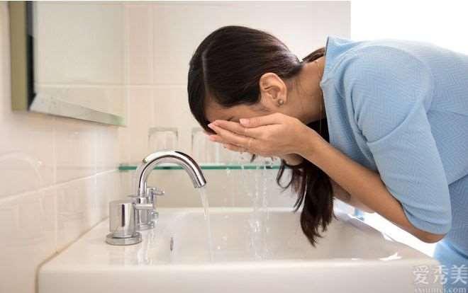冬季洗脸也注重?方式不正确很有可能造成你的日常肌肤护理纯白色做