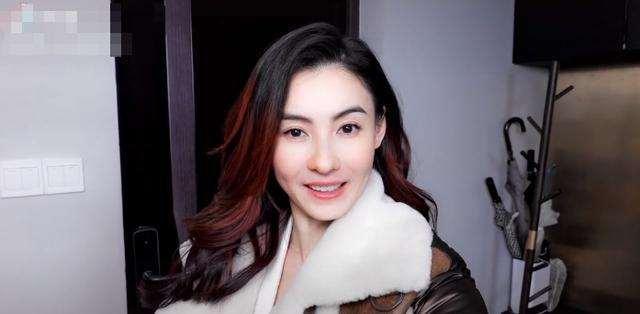 张柏芝40岁嫩成少女,打折衣服穿出阔太感!一人带3娃生活不易_明星新闻
