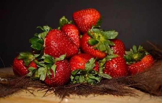草莓为什么会畸形 草莓长得畸形能吃吗