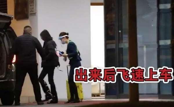 郑爽被封杀后首次现身,88斤瘦出一双小鸟腿,与孩子视频痛哭不止_明星新闻