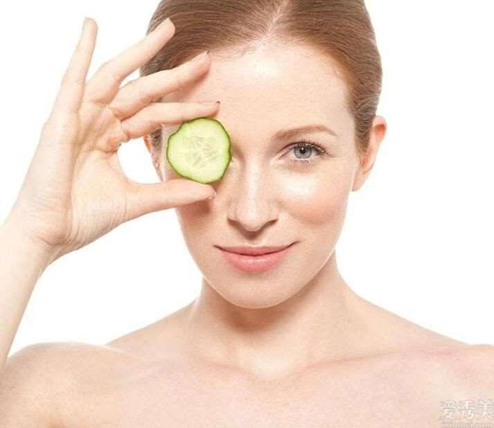 夜里擦抹护肤品是否会阻塞毛孔?怎么化妆才不卡粉