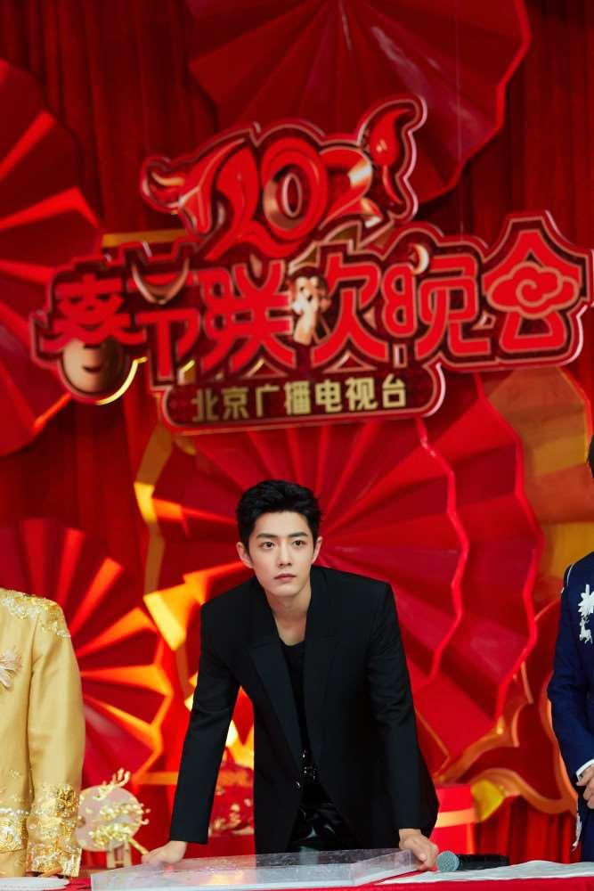 肖战霸屏北京、东方两大卫视春晚!舞台风格惊艳蜕变,这变化太绝了_明星新闻