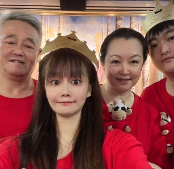 赵本山24岁女儿晒照,一家四口疑住农村大院,曾自称家产数不清_明星新闻