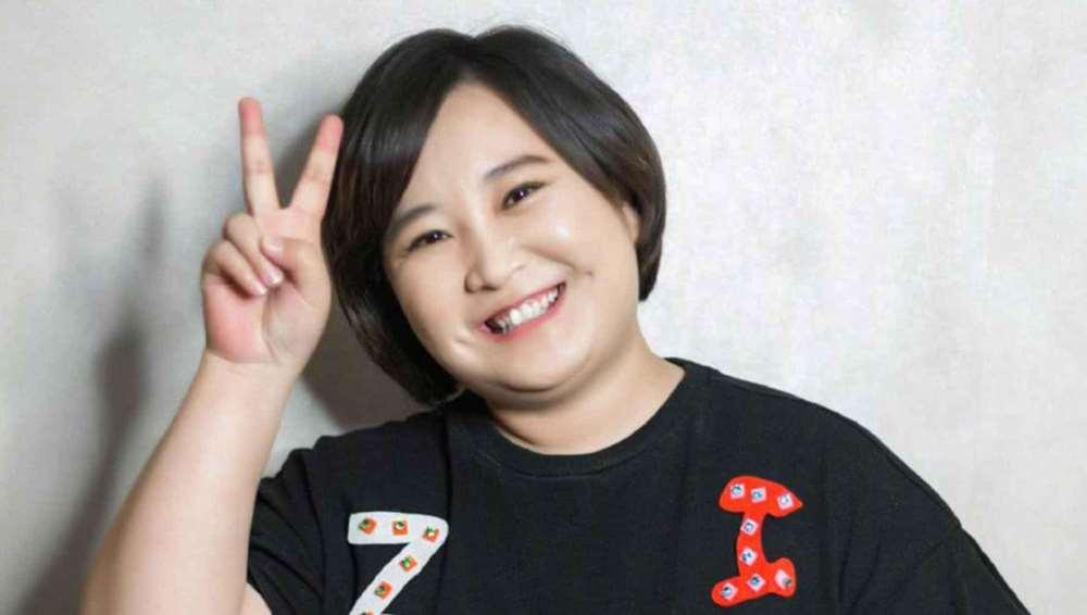 《李焕英》官方晒出贾玲妈妈高清修复照:笑容甜美,与贾玲太像_明星新闻