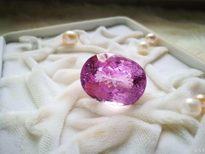 这类宝石不可以见太阳,只有夜里戴,确是蒂芙尼一手捧红的彩色宝石
