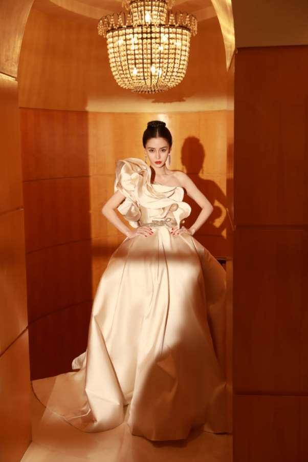 杨颖穿香槟色长裙出镜,气质温柔造型唯美,难怪李菲儿输给她_明星新闻