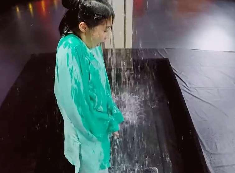 关晓彤被泼冷水全身湿透,所有嘉宾笑声一片,唯有一人上前替她遮挡_明星新闻