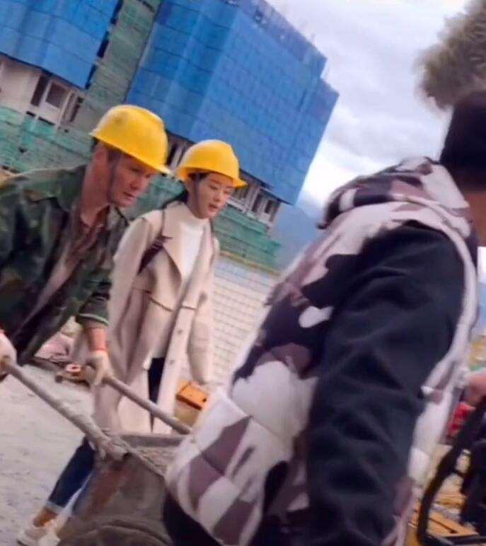 赵丽颖现身工地拍戏,双手沾满灰尘,指挥工人干活走路架子超飒_明星新闻