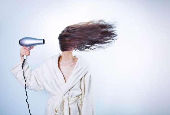 头发缠进吹风机怎么办 吹风机正确使用方法