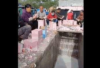 疯了!为了追星整箱整箱的牛奶被倒到沟里,这群饭圈女孩简直丧心病狂!_明星新闻
