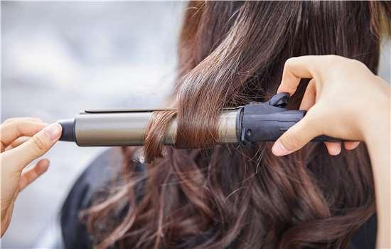 直发变卷发的方法步骤图解 大号电卷棒工具不可少