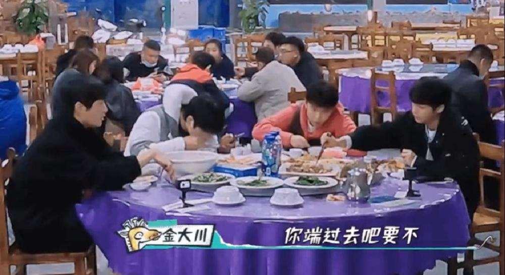 """王俊凯和兄弟吃饭""""扒拉""""菜,还端到自己旁边,被网友直指没素质_明星新闻"""