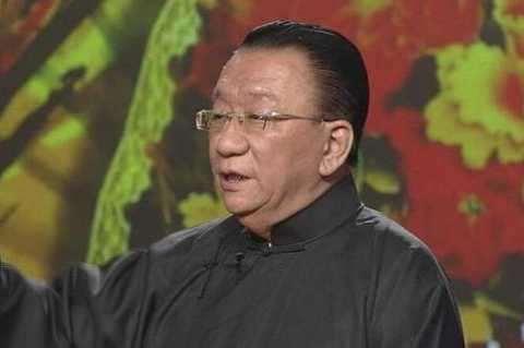 75岁侯耀华现身饭局,右手巨大鸽子蛋抢镜,何云伟陪坐一脸尴尬被骂惨_明星新闻