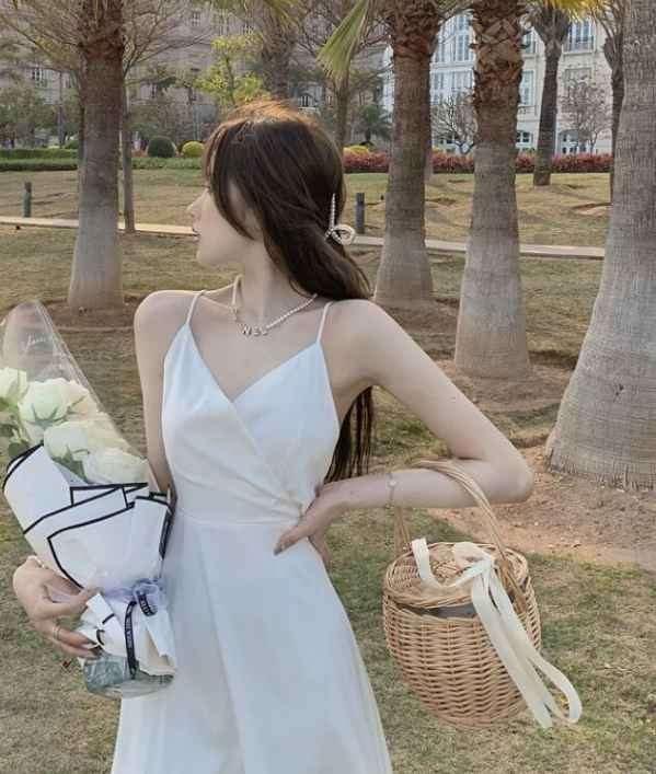 白色吊带裙配什么内搭