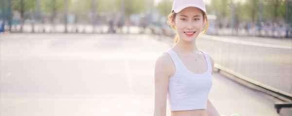 纯白t恤怎么穿 怎么搭才能与众不同
