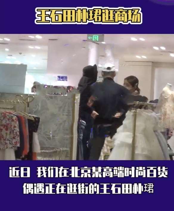 70岁王石抱娃逛街被偷拍!婴儿皮肤白嫩四肢壮实,戴口罩保护严实_明星新闻