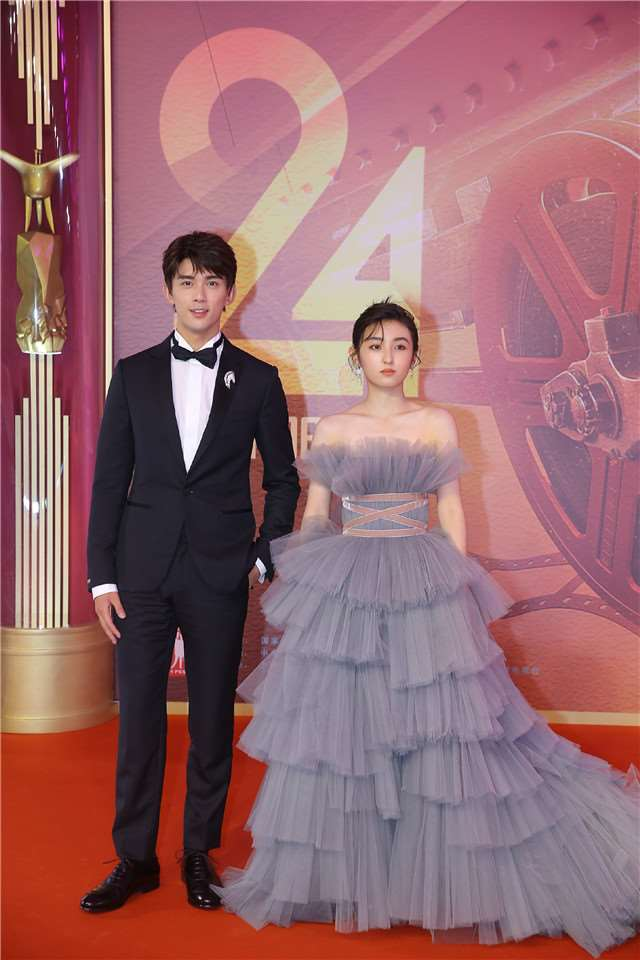 上海电影节红毯众女星比美:倪妮高贵迷人,周冬雨清新灵动_明星新闻